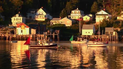 Los-Veleros-Están-Anclados-Cerca-De-Un-Pueblo-De-Langostas-En-Stonington-Maine-1