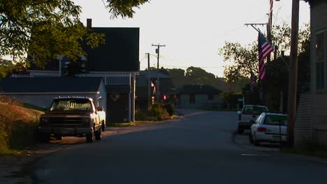 Una-Calle-Sombreada-En-Un-Pueblo-De-Langostas-En-Stonington-Maine
