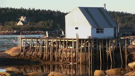 Un-Pequeño-Edificio-De-Aldea-De-Langosta-En-Stonington-Maine-Se-Encuentra-En-Una-Isla-Rocosa-Y-El-Muelle-2