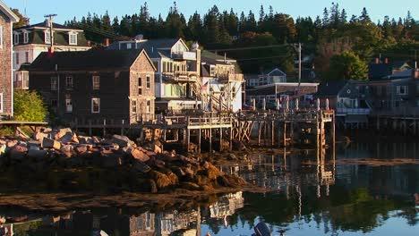 Un-Pueblo-De-Langostas-En-Stonington-Maine-Está-Cerca-Del-Agua-El-Día-1