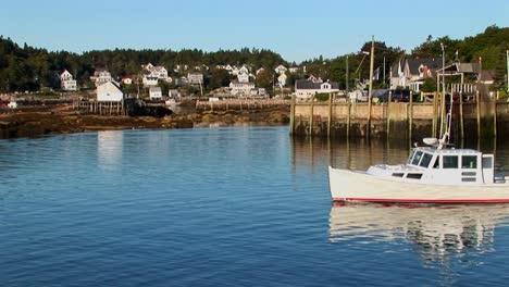Un-Barco-Pasa-Por-Un-Muelle-Y-Un-Pueblo-De-Langostas-En-Stonington-Maine