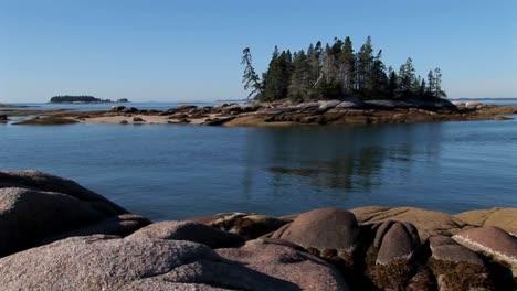 Un-Velero-Está-Anclado-En-Una-Bahía-En-Alta-Mar-Una-Aldea-De-Langostas-En-Stonington-Maine-1