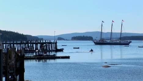 Un-Velero-Está-Anclado-Cerca-De-Un-Muelle-De-Madera-En-Alta-Mar-Una-Aldea-De-Langostas-En-Stonington-Maine