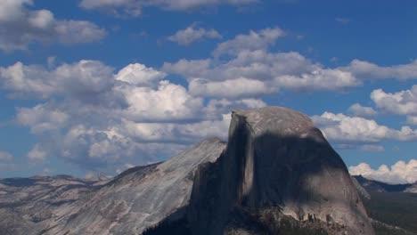 Un-Lapso-De-Tiempo-De-Nubes-Blancas-Sobre-Un-Cielo-Azul-Y-Una-Cordillera-Rocosa-En-El-Parque-Nacional-De-Yosemite-California-1