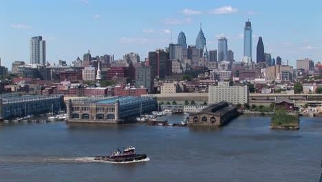 Un-Barco-Pasa-Por-El-Puente-Ben-Franklin-Que-Conduce-A-Filadelfia-Pensilvania