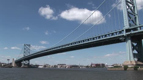 Un-Barco-Pasa-Por-Debajo-Del-Puente-Ben-Franklin-Que-Conduce-A-Filadelfia-Pensilvania-En-El-Día