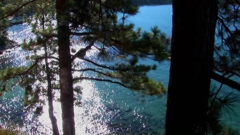 El-Agua-De-Color-Aqua-En-El-Lago-Tahoe-Brilla-A-La-Luz-Del-Sol-Cerca-De-Las-Montañas-De-Sierra-Nevada