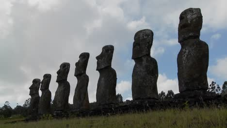 Time-lapse-of-clouds-behind-the-amazing-statues-at-Easter-Island
