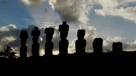 Clouds-lend-an-air-of-mystery-to-the-amazing-statues-at-Easter-Island