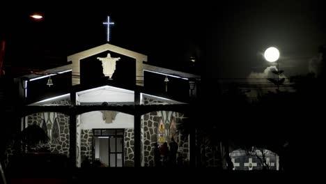 La-Luz-De-La-Luna-Brilla-Sobre-Una-Iglesia-Del-Pacífico-Sur