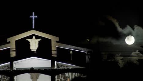 La-Luz-De-La-Luna-Brilla-Sobre-Una-Iglesia-Del-Pacífico-Sur-1