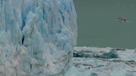 Un-Barco-Se-Encuentra-Cerca-Del-Lado-De-Un-Glaciar-Gigante-En-La-Patagonia-Argentina-2