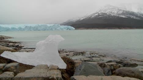 Una-Pieza-Derretida-De-Un-Glaciar-Se-Asienta-En-Tierra-Firme-En-Esta-Toma-Que-Sugiere-El-Calentamiento-Global