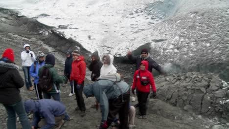 Un-Grupo-De-Excursionistas-Se-Prepara-Para-Escalar-Un-Glaciar