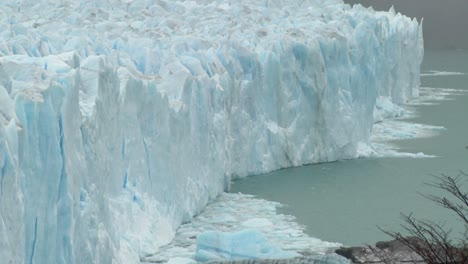The-front-of-a-glacier-is-crumbling-into-the-sea
