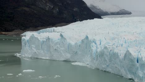 A-view-of-the-front-rim-of-a-glacier-where-it-meets-the-sea