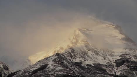La-Nieve-Se-Desprende-De-Los-Picos-De-Las-Montañas
