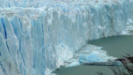 El-Hielo-Se-Ha-Desprendido-De-Un-Glaciar