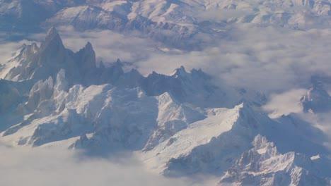 Antena-Sobre-La-Cordillera-De-Los-Andes-En-La-Patagonia-Bajo-Fuertes-Nevadas
