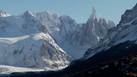 La-Notable-Cordillera-De-Fitzroy-En-La-Patagonia-Argentina-Con-Glaciares-Nevados