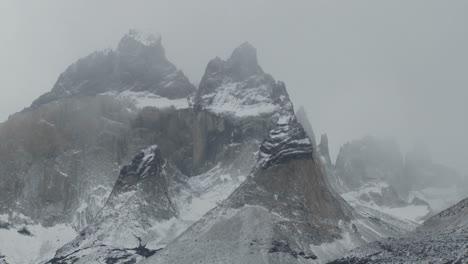 Los-Majestuosos-Picos-De-Las-Montañas-De-Torres-Del-Paine-En-Argentina