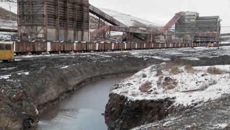 Inclinarse-Desde-Una-Mina-Abandonada-Hasta-Un-Canal-De-Riego-Contaminado
