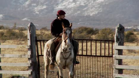 Gaucho-cowboys-from-Argentina-ride-horses-and-watch-over-their-fields-and-flocks