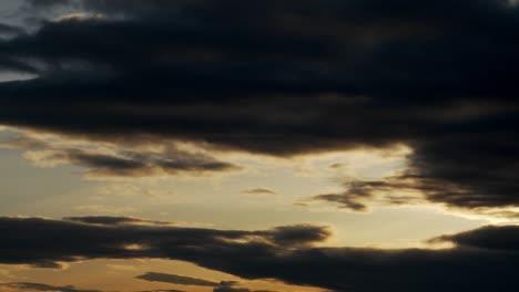 Nubes-Oscuras-Se-Mueven-Sobre-El-Paisaje-En-Esta-Toma-De-Lapso-De-Tiempo