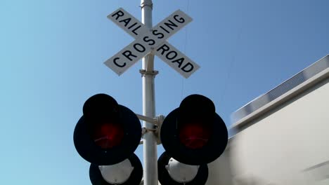 Luces-Rojas-Parpadean-En-Un-Cruce-De-Ferrocarril