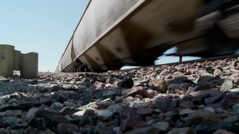 Ángulo-Bajo-De-Un-Tren-Que-Pasa-Con-Calzada-En-Primer-Plano