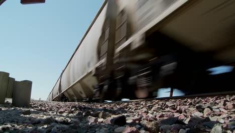 Ángulo-Bajo-De-Un-Tren-Que-Pasa-Con-Calzada-En-Primer-Plano-1