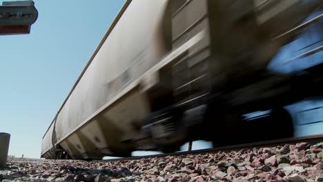 Ángulo-Bajo-De-Un-Tren-Que-Pasa-Con-Calzada-En-Primer-Plano-2