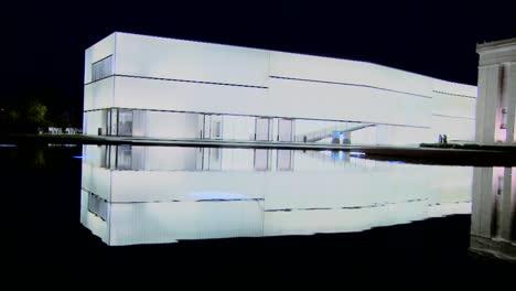 Un-Edificio-Moderno-Está-Iluminado-Y-Brilla-Desde-El-Interior-1