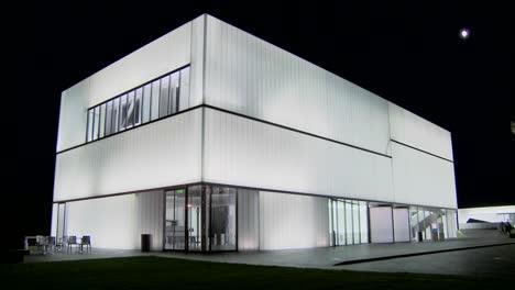 Un-Edificio-Moderno-Está-Iluminado-Y-Brilla-Desde-El-Interior-3