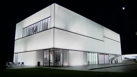 Un-Edificio-Moderno-Está-Iluminado-Y-Brilla-Desde-El-Interior-4