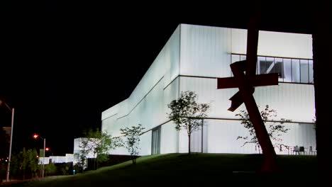 Un-Edificio-Moderno-Está-Iluminado-Y-Brilla-Desde-El-Interior-5