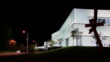 Un-Edificio-Moderno-Está-Iluminado-Y-Brilla-Desde-El-Interior-6
