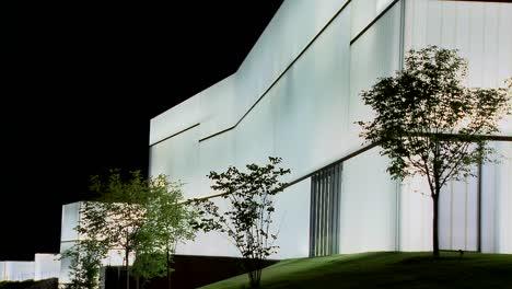 Un-Edificio-Moderno-Está-Iluminado-Y-Brilla-Desde-El-Interior-7