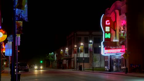 Una-Foto-Nocturna-De-Una-Calle-Vacía-En-Una-Pequeña-Ciudad-De-América-1