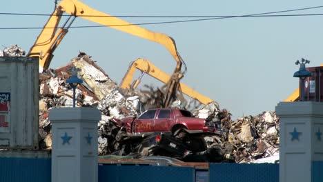 Las-Grúas-Levantan-Y-Mueven-Chatarra-Alrededor-De-Automóviles-Abandonados-Y-Destruidos-En-Un-Depósito-De-Chatarra-O-Depósito-De-Chatarra-3