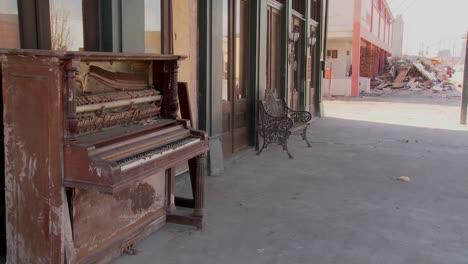Un-Viejo-Piano-Se-Sienta-Frente-A-Un-Bar-De-Glaveston-Después-Del-Huracán-Ike