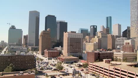 Panorámica-Lenta-A-Través-Del-Horizonte-De-Houston-En-Un-Día-Soleado