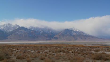 Lapso-De-Tiempo-De-Nubes-Sobre-El-Lecho-Del-Lago-Seco-Del-Valle-De-Owens