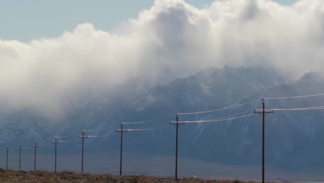 Lapso-De-Tiempo-Sobre-La-Sierra-Nevadas-Con-Postes-Telefónicos-En-Primer-Plano