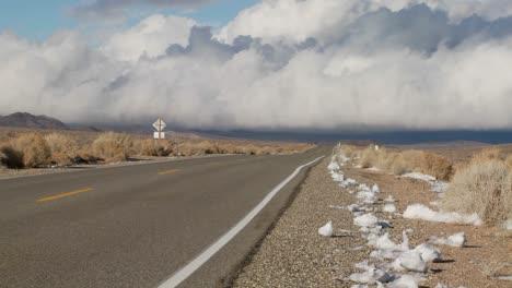 Las-Nubes-Se-Forman-Sobre-Una-Remota-Carretera-Del-Desierto