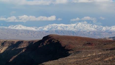 Lapso-De-Tiempo-De-Las-Nubes-Moviéndose-Sobre-Las-Montañas-Del-Valle-De-La-Muerte
