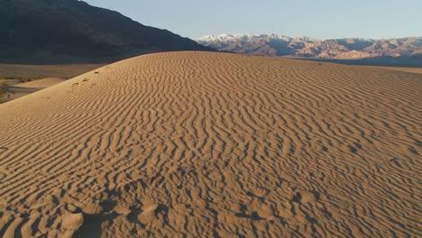 Una-Sartén-A-Través-De-áridas-Dunas-Del-Desierto-En-Un-Oasis