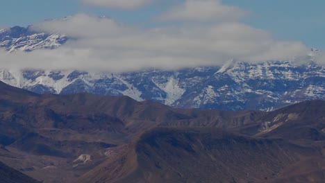 Un-Retroceso-Lento-En-Un-Lapso-De-Tiempo-De-Una-Hermosa-Cordillera-En-Invierno-En-El-Valle-De-La-Muerte