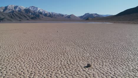 The-mysterious-rocks-which-race-across-the-dry-lakebed-known-as-the-Racetrack-in-Death-Valley-2