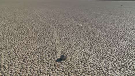 The-mysterious-rocks-which-race-across-the-dry-lakebed-known-as-the-Racetrack-in-Death-Valley-3